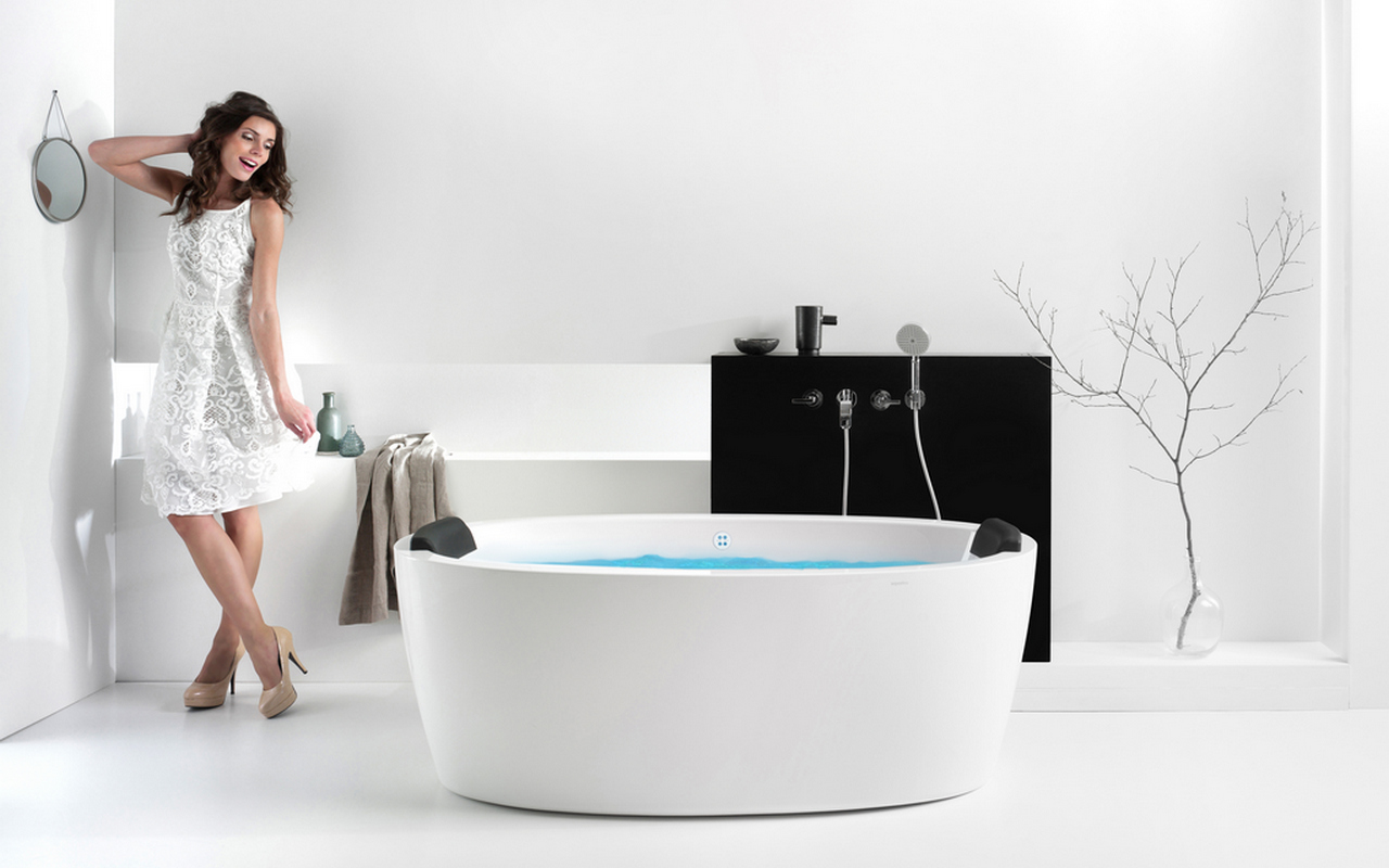 Aquatica Purescape 174A Wht Relax Air Massage Bathtub with girl 02 web