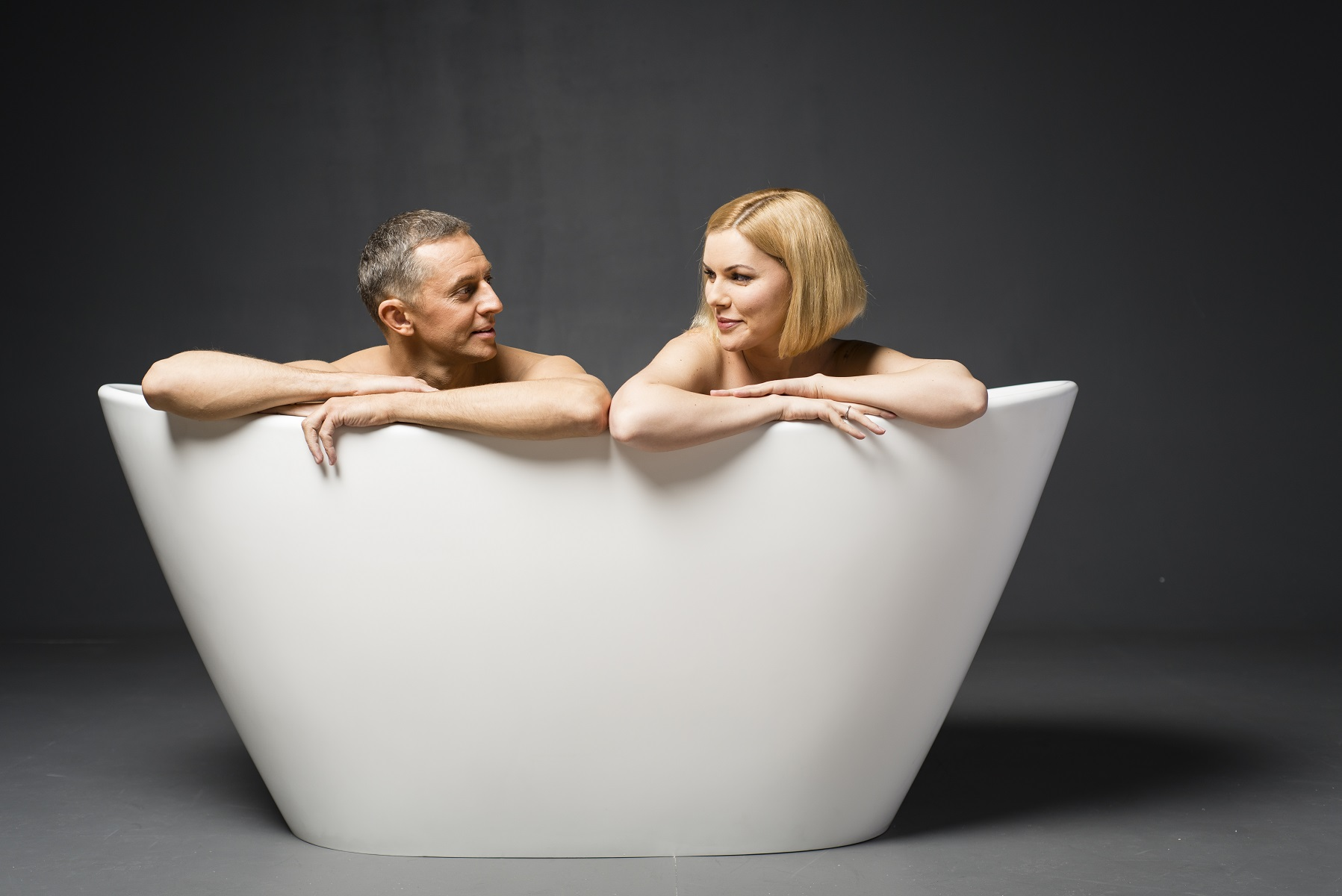 Pretty Person In Bathtub Ideas - The Best Bathroom Ideas - lapoup.com